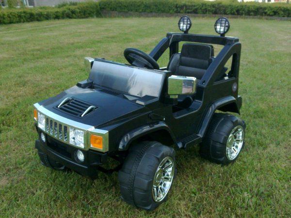 4X4 électrique pour enfant Hummer 12V noir monoplace sur une pelouse