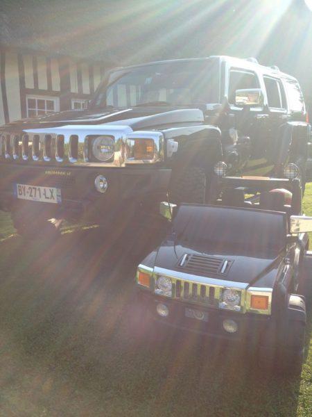 4X4 électrique pour enfant Hummer 12V devant un Hummer grandeur nature