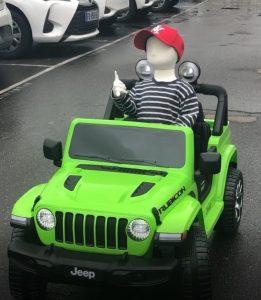 Voiture electrique enfant Jeep Wrangler Rubicon et mannequin 4 ans Benji