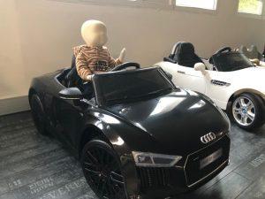 Voiture pour enfant Audi R8 avec Léo mannequin un peu moins d'un an