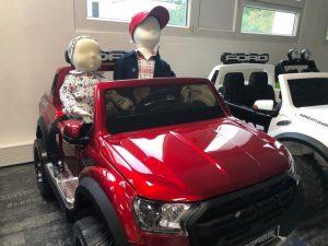 Margaux et Benji dans le Ford Ranger Raptor - voiture électrique enfant 12V