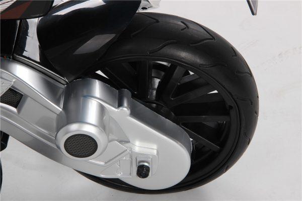 Zoom sur roue arrière de la moto électrique BMW S1000RR 12V pour enfant