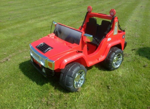 Voiture pour enfant Hummer électrique 12V rouge sur une pelouse